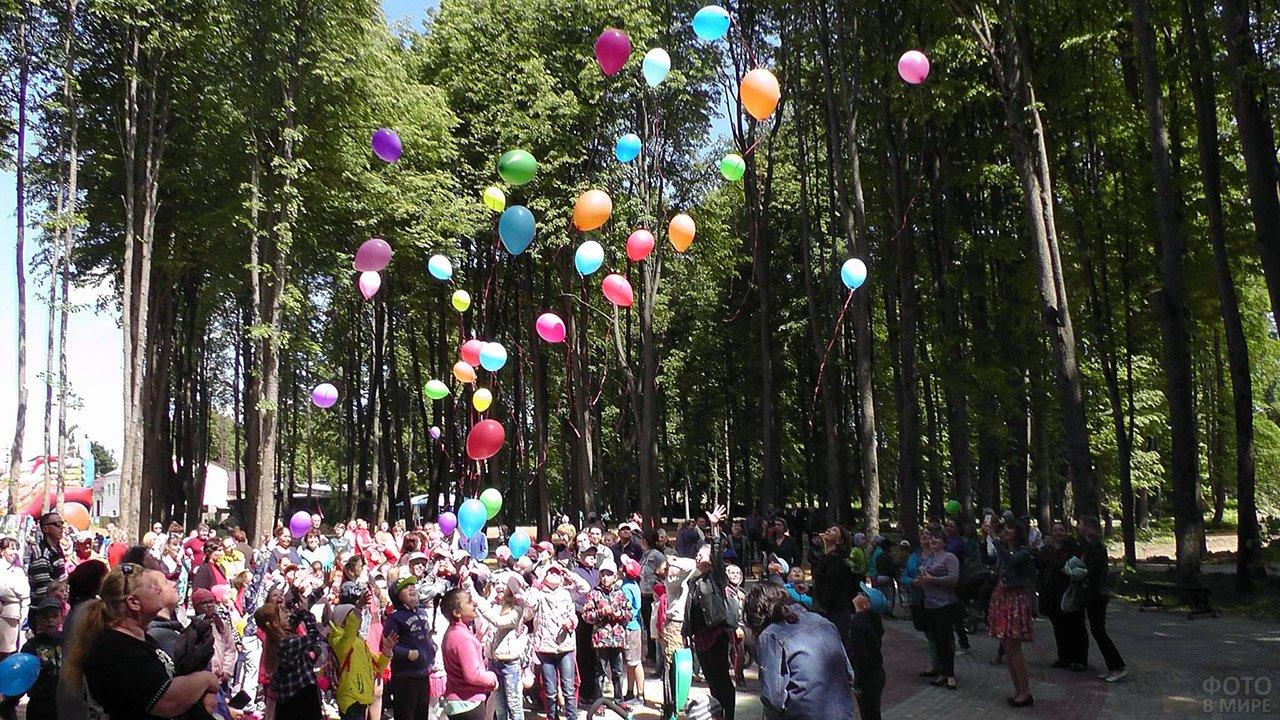Запуск в небо разноцветных воздушных шариков в День защиты детей в Калуге