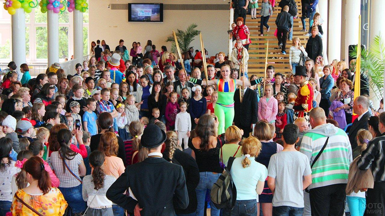Зрителей развлекают в фойе перед началом концерта в честь Дня защиты детей