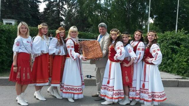 Белорусский танцевальный коллектив с подарком в День России в Самаре