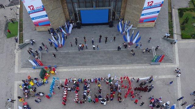 Флешмоб по составлению слова Россия на площади города 12 июня