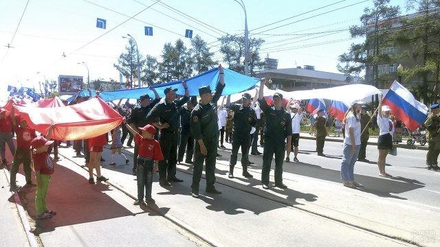 Колонны парада с триколором в День России в Иркутске