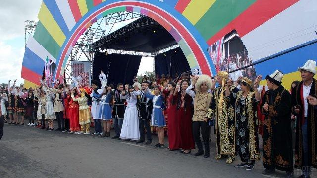 Костюмированный парад Дружбы народов на концерте 12 июня в Самаре