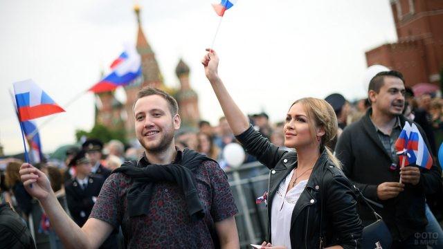 Нарядная молодёжь во время концерта в честь Дня России на Красной площади