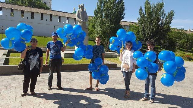 Представители политической партии раздают шарики в День России в Астрахани