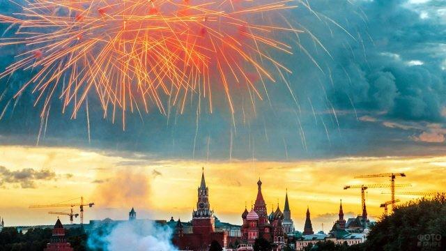 Салют в вечернем небе над Москвой в День России