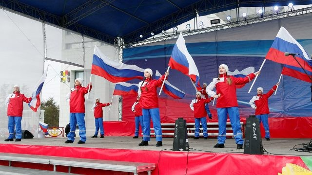 Танец с флагами на городской сцене Мурманска 12 июня
