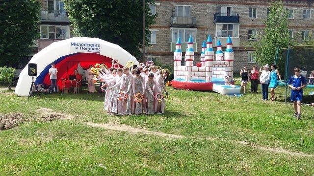 Танец с венками на общедворовом празднике в День России в подмосковном городке