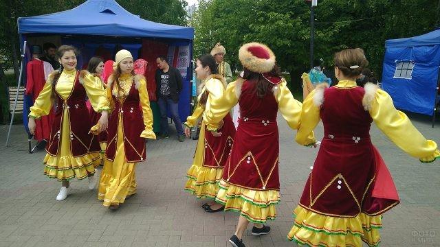 Танец в народных костюмах русского севера в День России в Челябинске