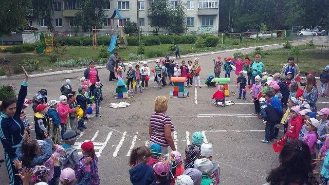 Весёлая эстафета для малышей во дворе детского сада в День России в Орле
