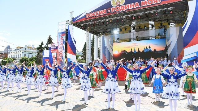 Выступление танцевальных коллективов в День России на площади в Чебоксарах