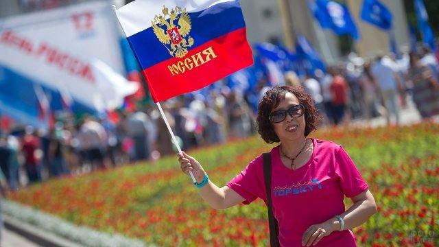 Жительница Новосибирска с флагом России на параде 12 июня