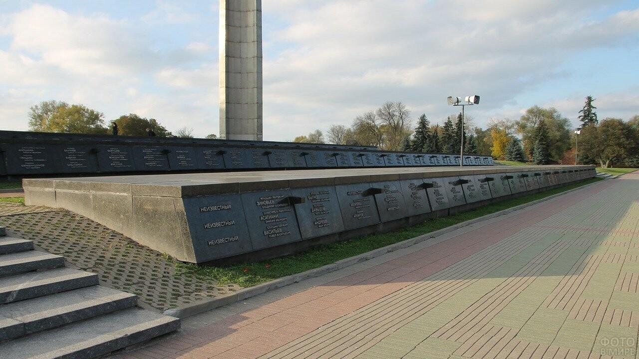 Могилы погибших во время обороны Брестской крепости солдат