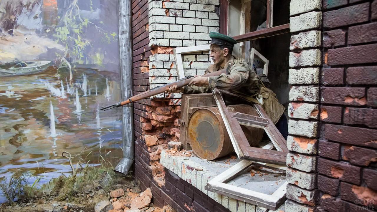 Содат стреляет из окна на трёхмерной панораме Героев Брестской крепости