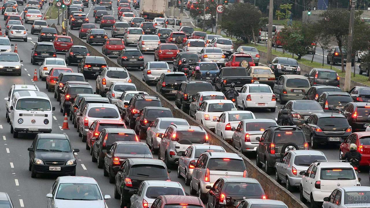 Автомобили в дорожной пробке