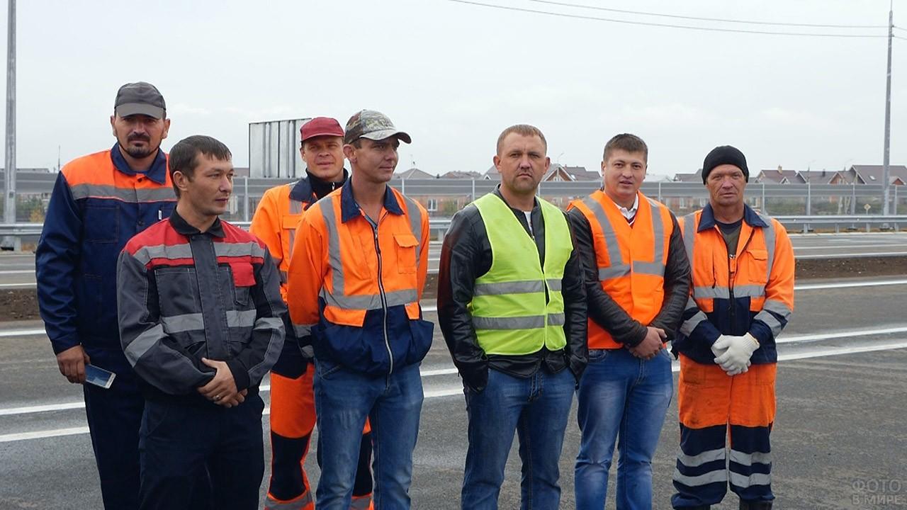 Бригада дорожных рабочих на объекте