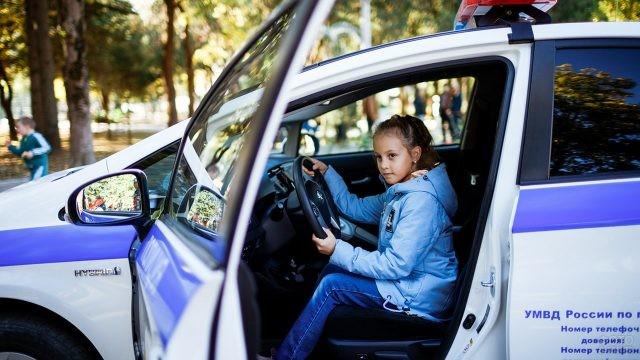Девочка на водительском сиденье полицейского автомобиля