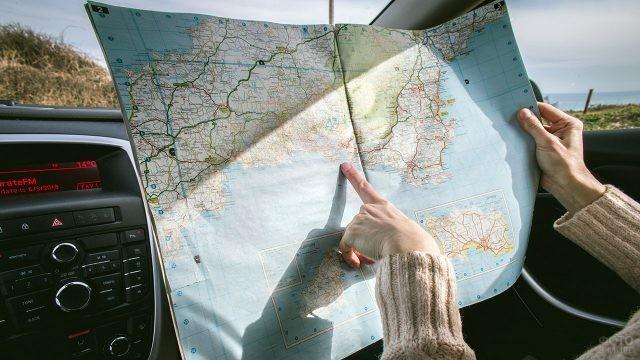 Карта дорог в руках автопутешественника