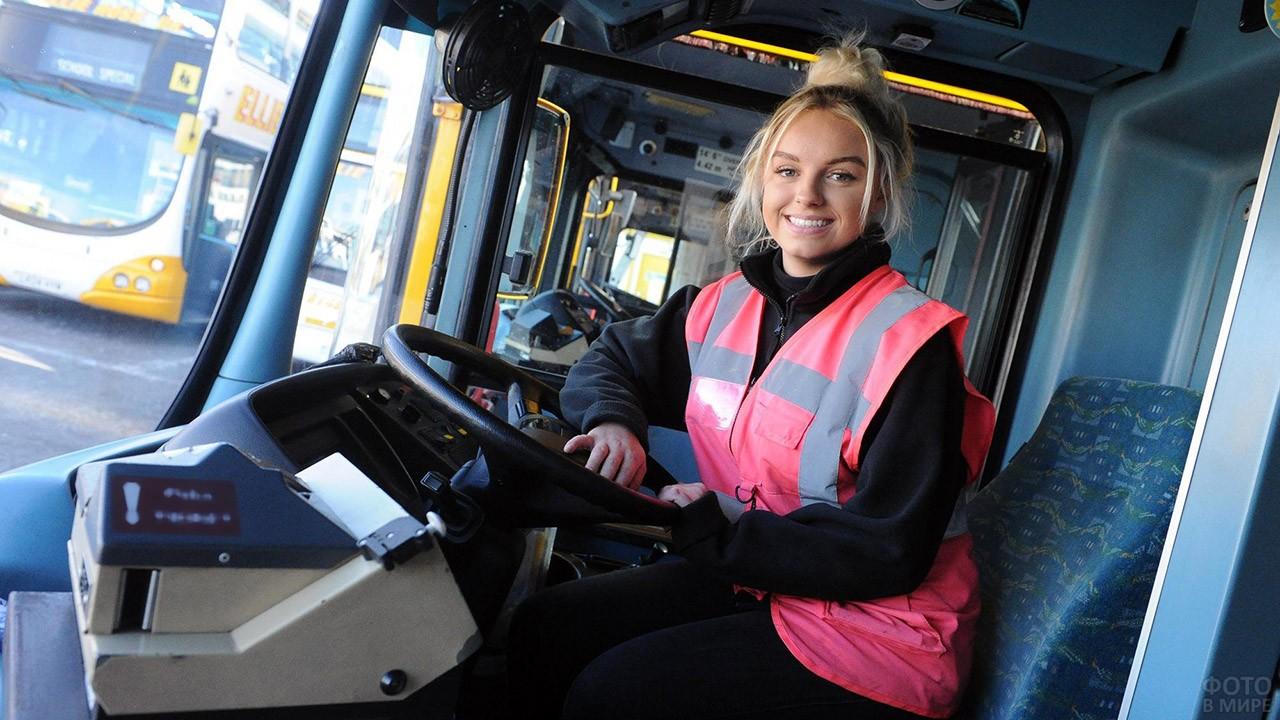 Красивая девушка - водитель автобуса