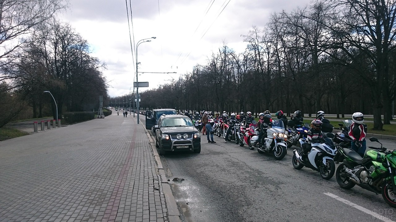 Мотоколонна на параде автолюбителей