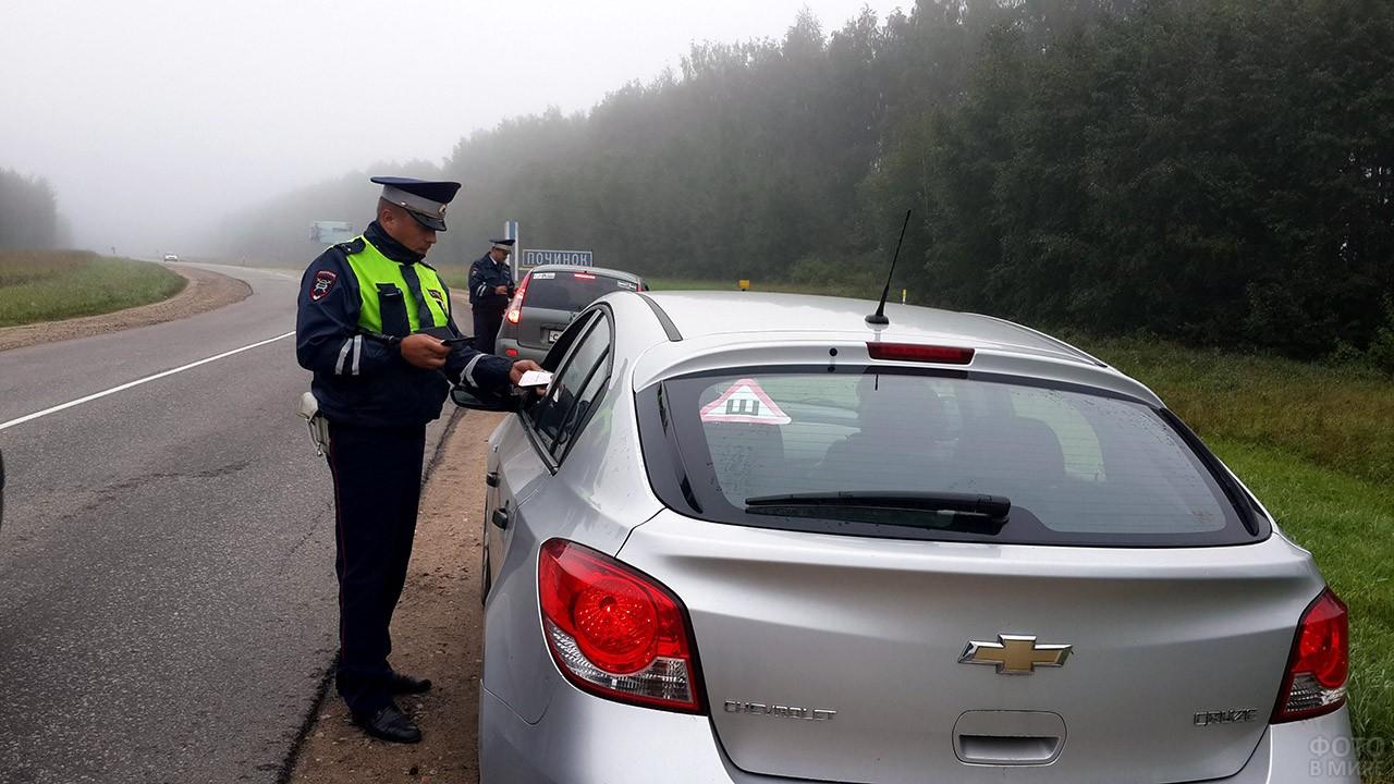 Сотрудники ГИБДД проверяют документы водителей на обочине