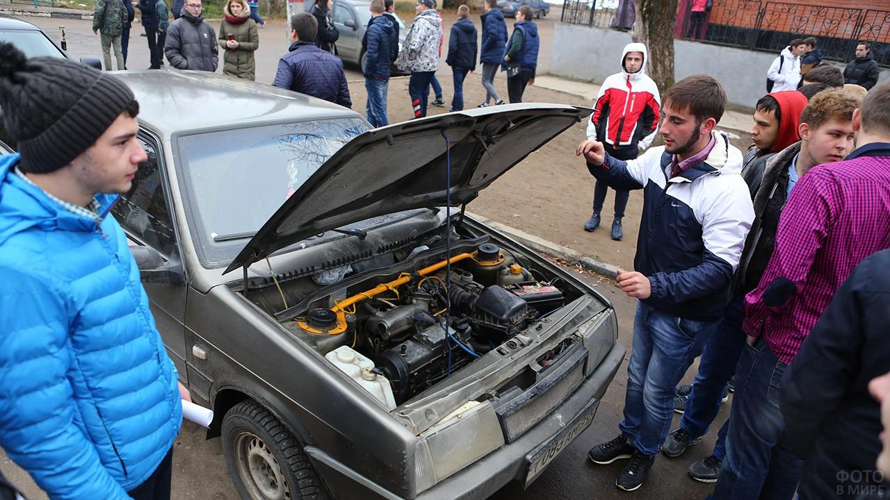 Студенты политехнического университета чинят автомобиль