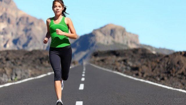 Девушка бежит по шоссе