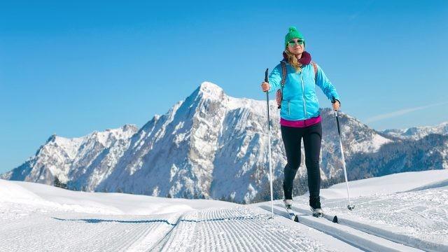 Девушка на беговых лыжах в горах