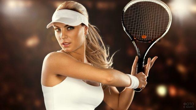 Девушка в кепке с теннисной ракеткой в руке