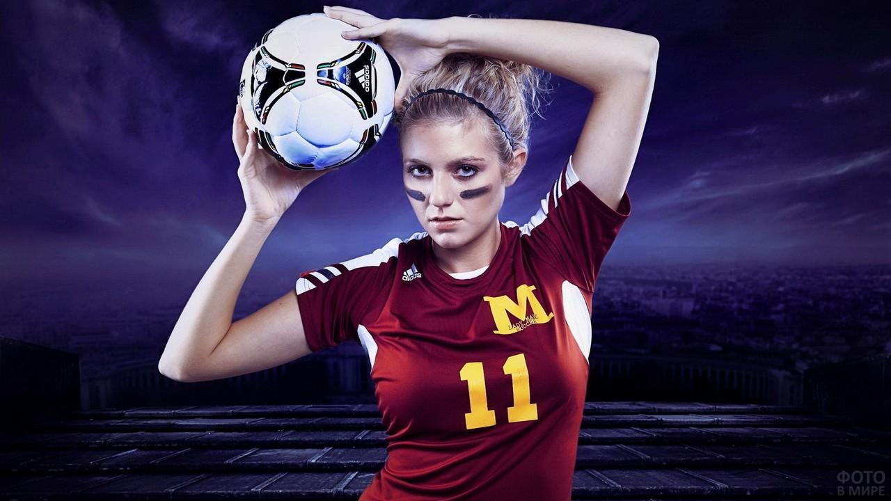 Девушка в спортивной футболке с мячом