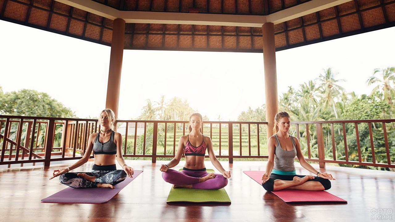 Девушки медитируют в позе лотоса