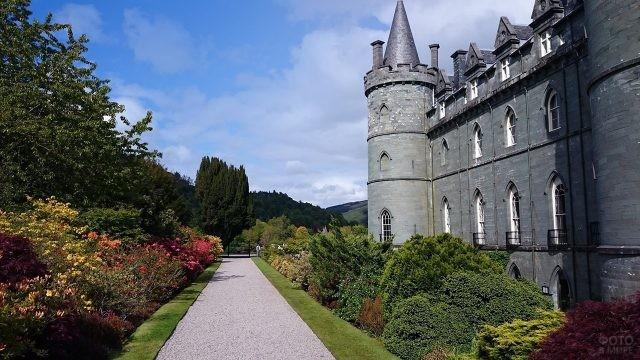 Цветущий парк у замка Инверари в Шотландии