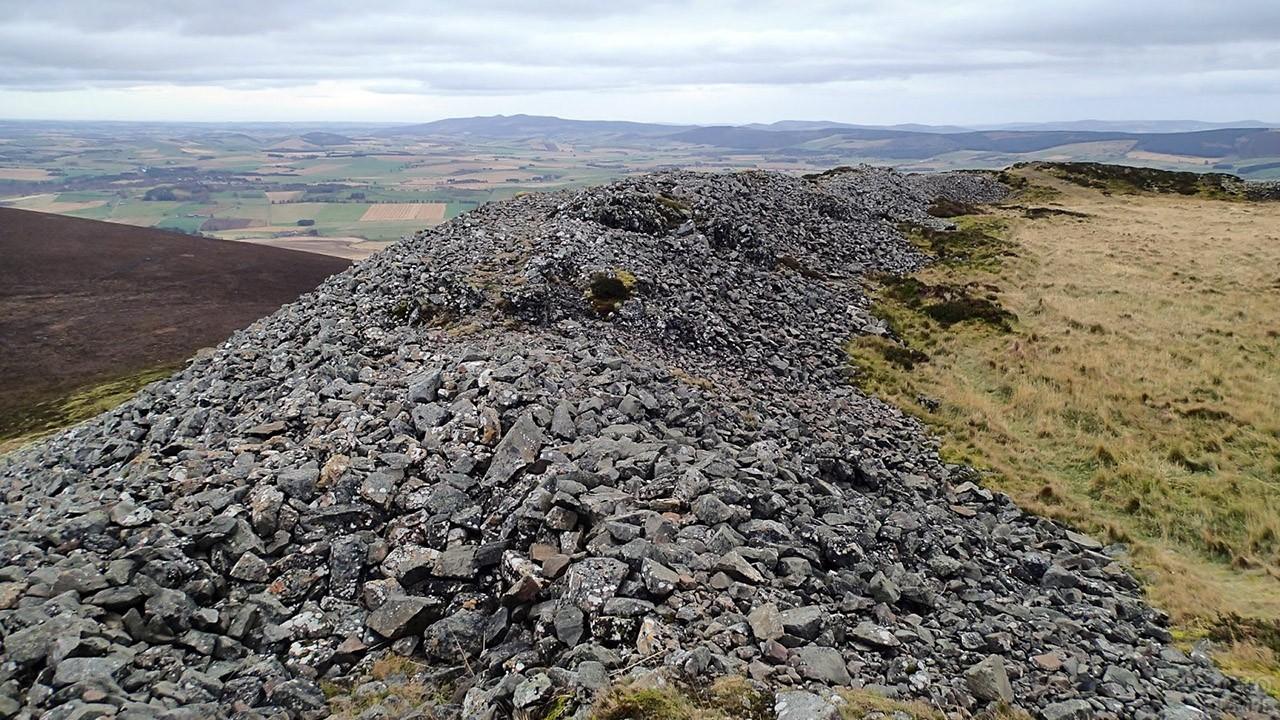 Холм множества камней в Шотландии