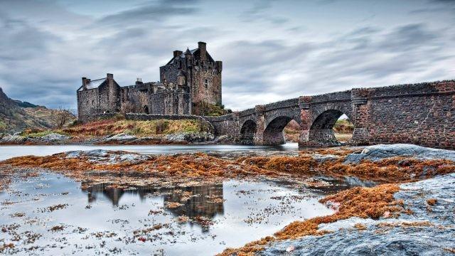 Осень на озере Лох Дьюих у замка Эйлен-Донан в Шотландии