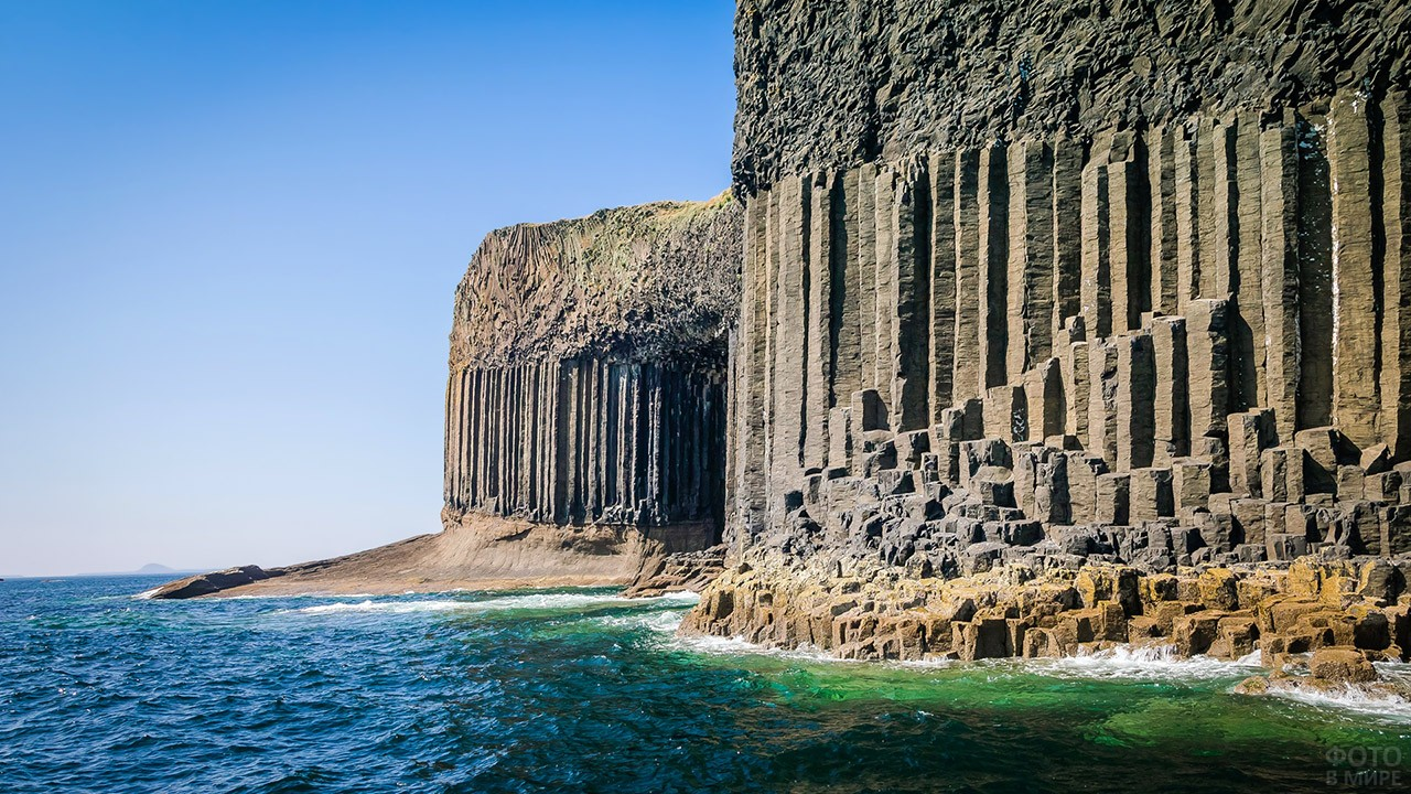 Отвесные скалы шотландского острова Стаффа