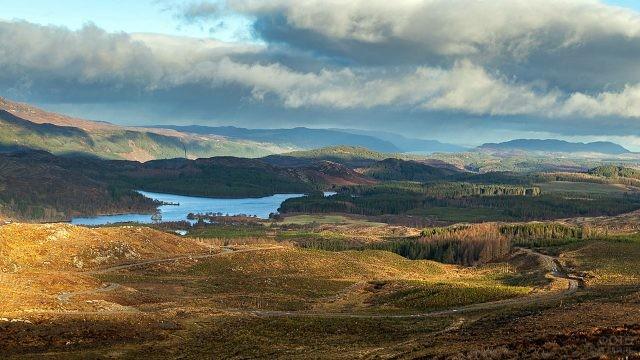 Озеро Несси на осеннем пейзаже холмов Шотландии