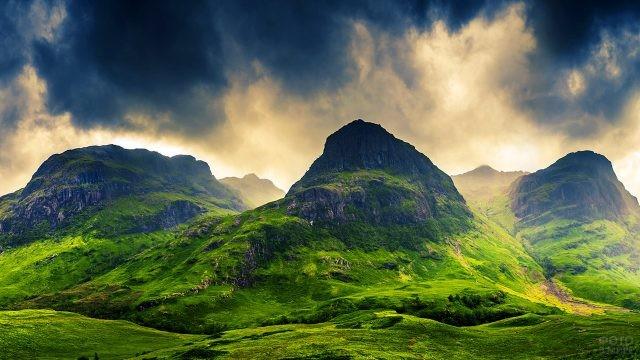 Пасмурное небо над долиной Гленко в горах Шотландии