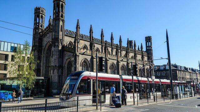 Современный трамвай в центре Эдинбурга