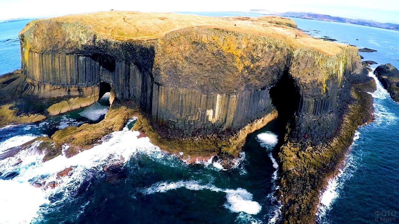 Вид сверху на Фингалову пещеру у берегов Шотландии