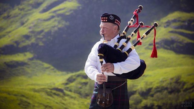 Волынщик на фоне шотландских холмов