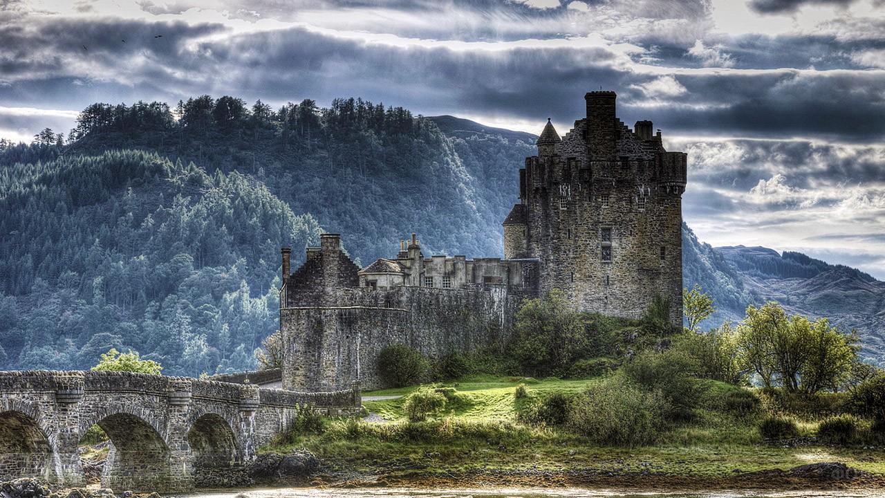 Восхитительный горный пейзаж Шотландии с замком Эйлен-Донан