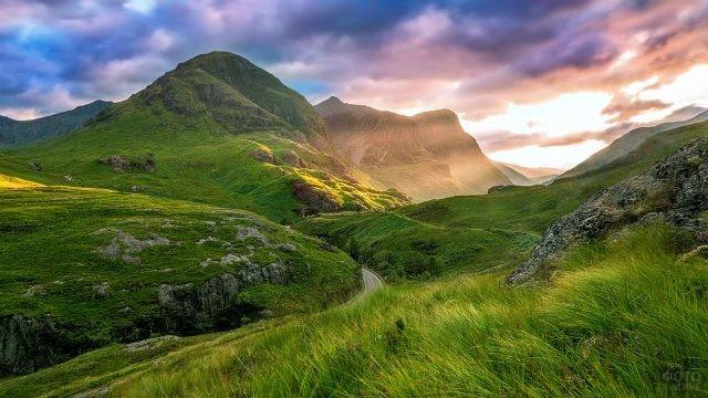 Закат над летней долиной Гленко в Шотландии