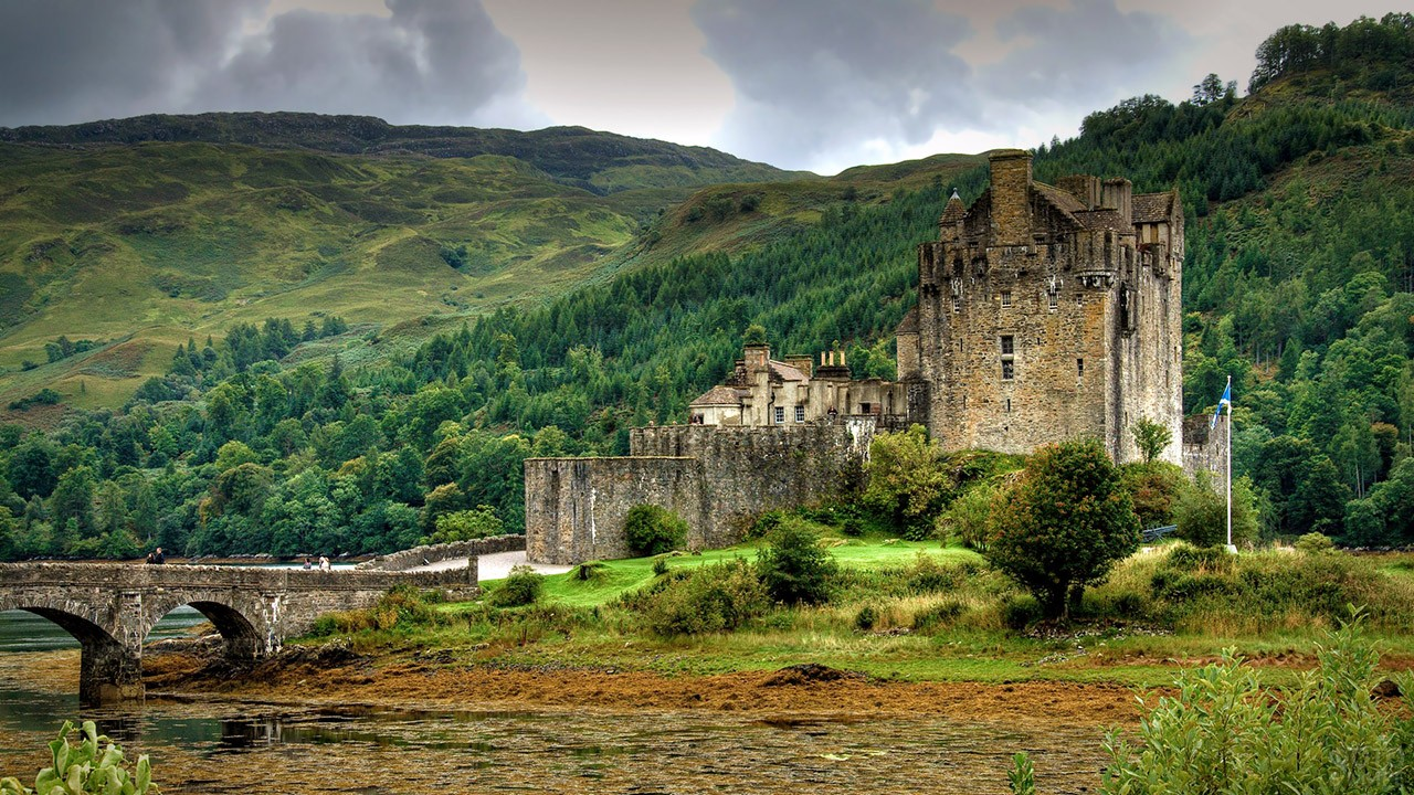 Замок Эйлен-Донан среди горного пейзажа Шотландии