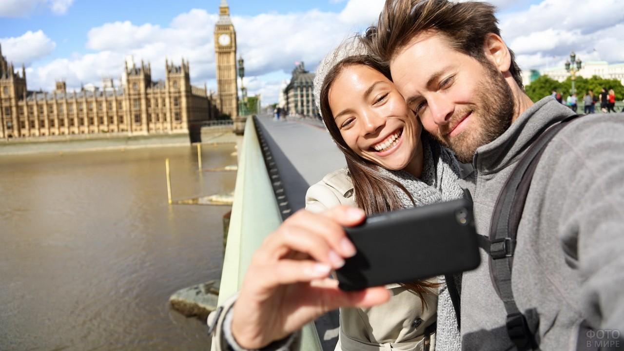 Пара фотографируется на телефон