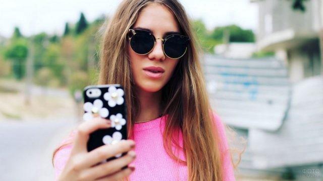 Шатенка с телефоном в солнцезащитных очках
