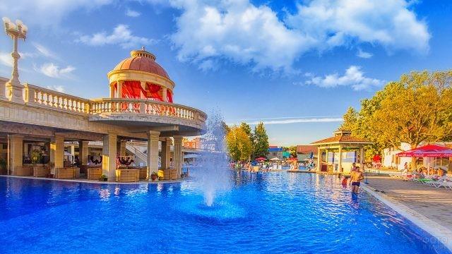 Бассейн при отеле Альбатрос