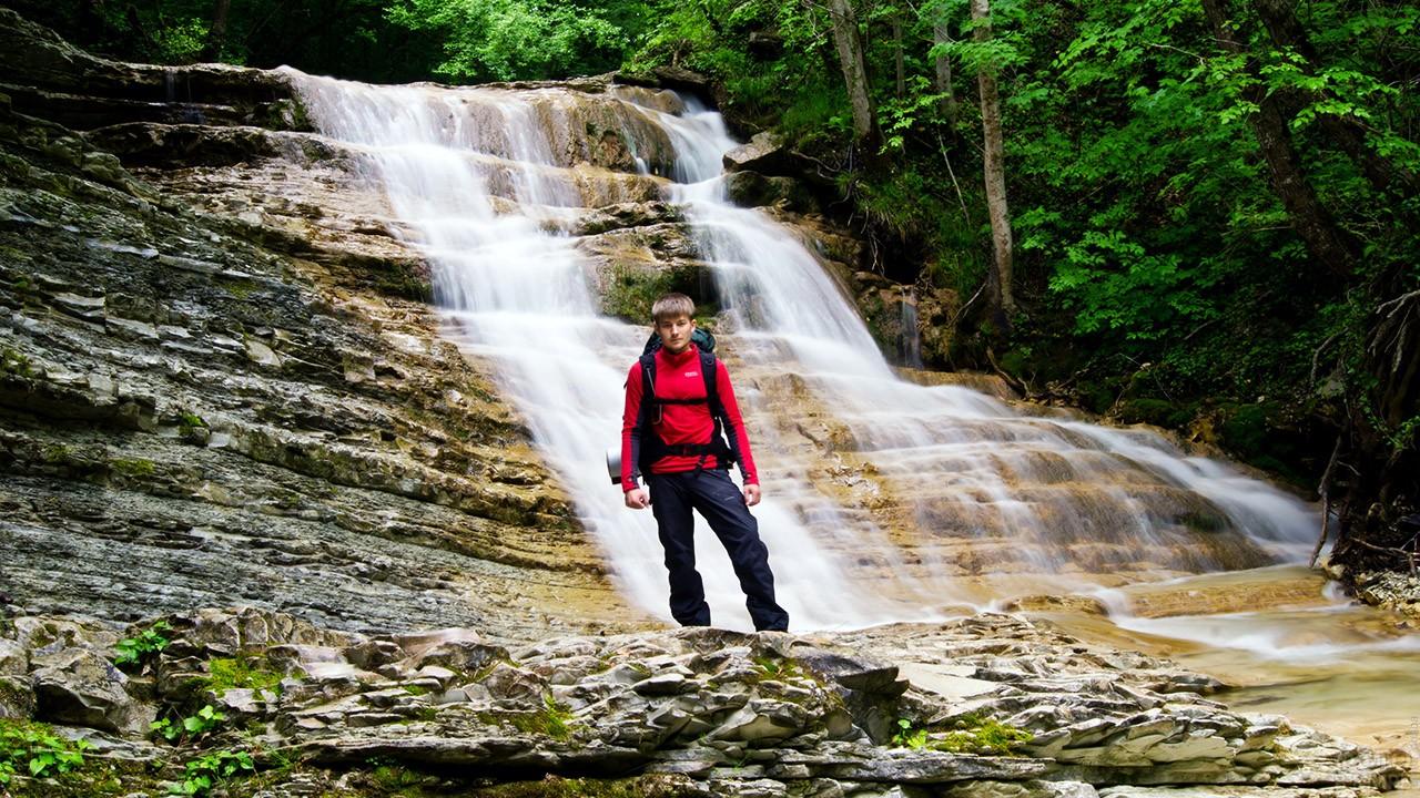 Мальчик-турист на фоне одного из Пшадских водопадов