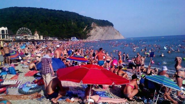 Многолюдный пляж в августе