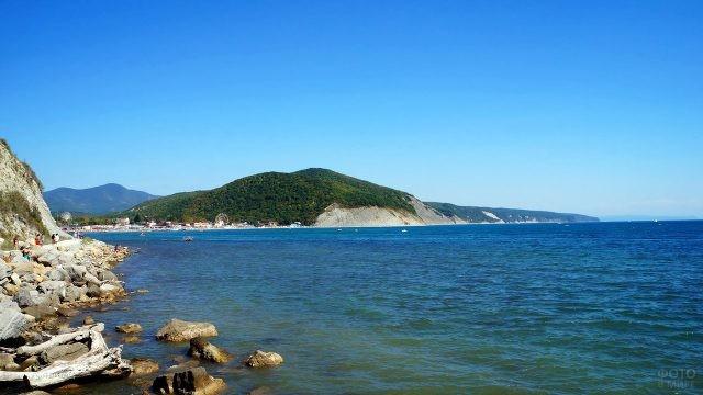 Морской пейзаж и дикий пляж курорта Архипо-Осиповка