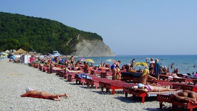 Оборудованный шезлонгами пляж в Архипо-Осиповке