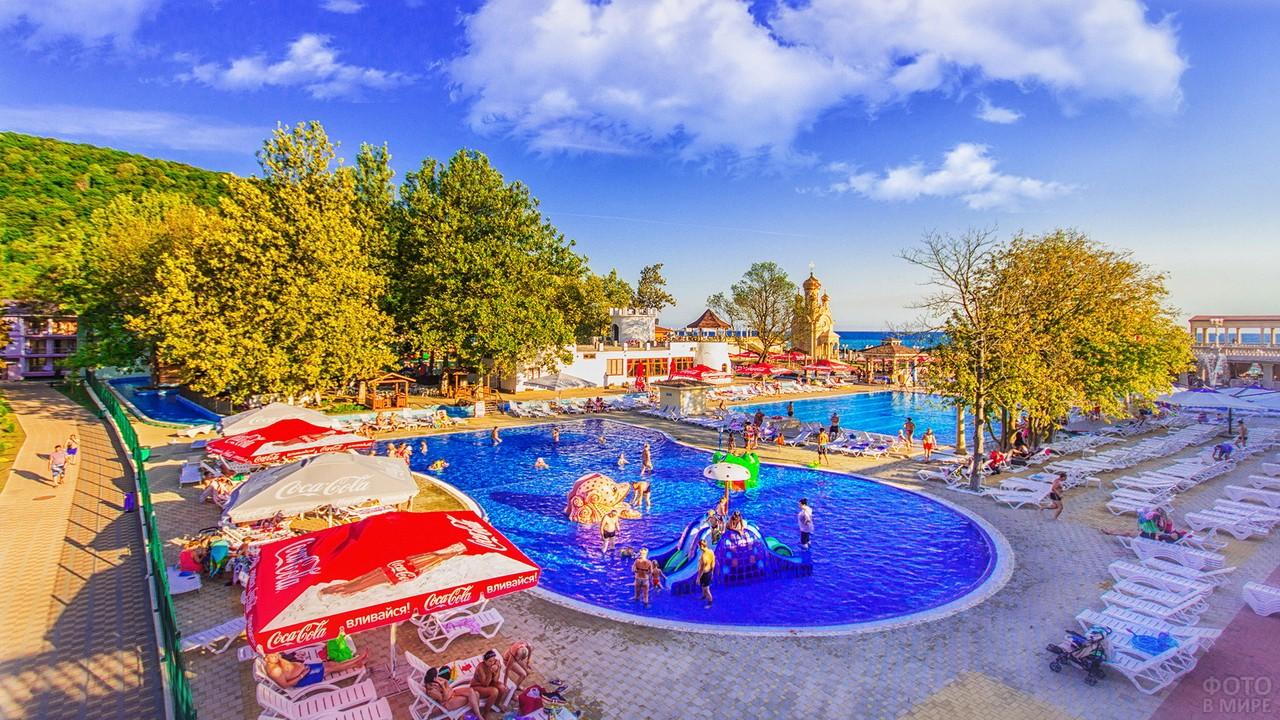 Отдыхающие в бассейне при отеле в Архипо-Осиповке